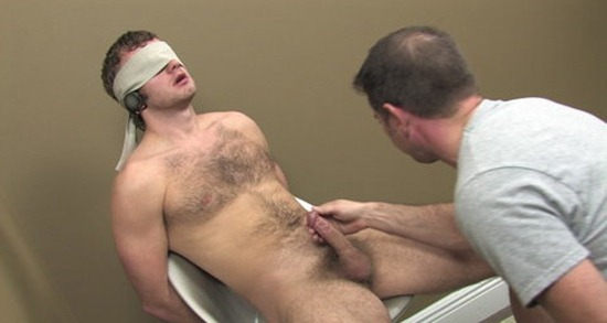 blindfolded-guy-gets-a-blowjob